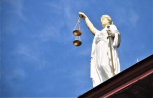 Filosofía del derecho » Qué es, características, corrientes, problemas